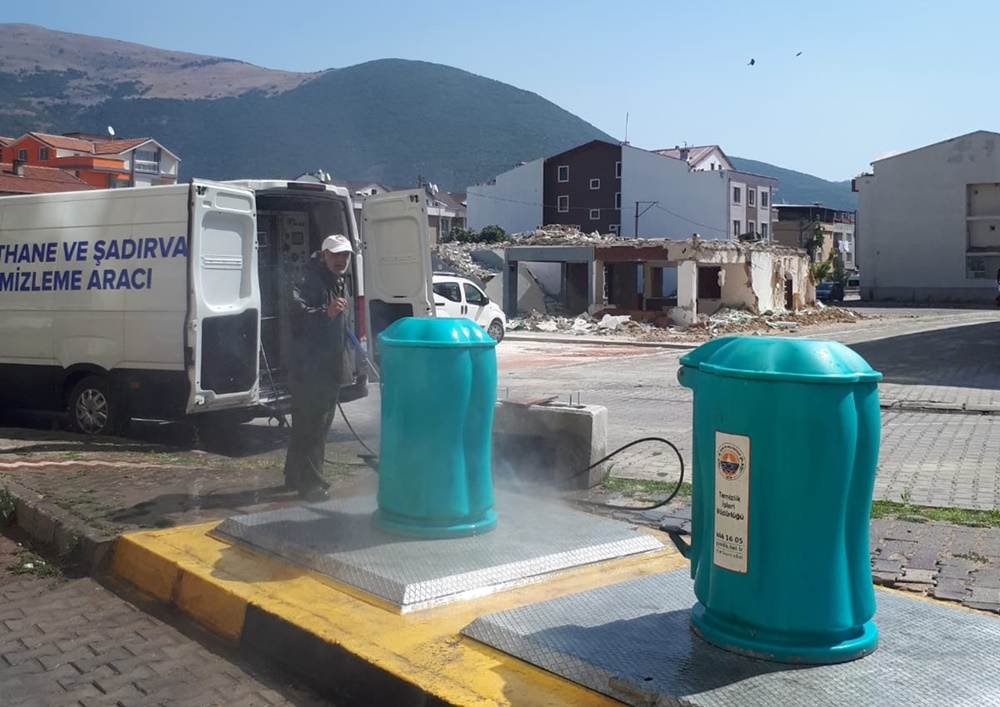 Yer altı çöp konteynırları temizleniyor
