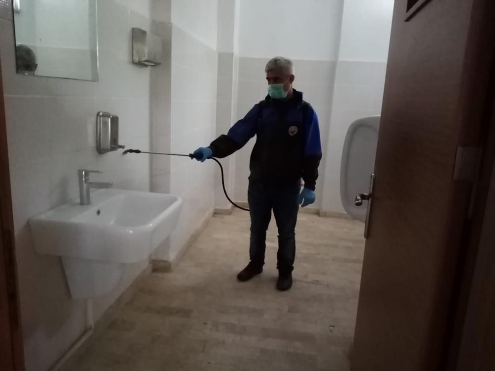Gemlik Belediyesi okul tuvaletlerini ilaçlıyor
