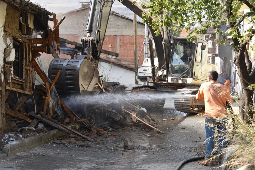 201910271201_gemlik-belediyesi'nden-metruk-bina-temizliği-(1).jpg