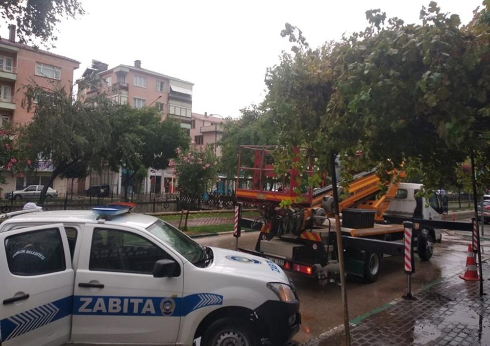 201908211538_gemlik-belediyesi-ekipleri-fırtınaya-meydan-okudu-(6).jpg
